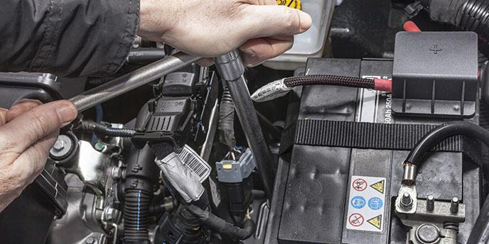 Wymontowanie i montaż akumulatora w pojeździe.